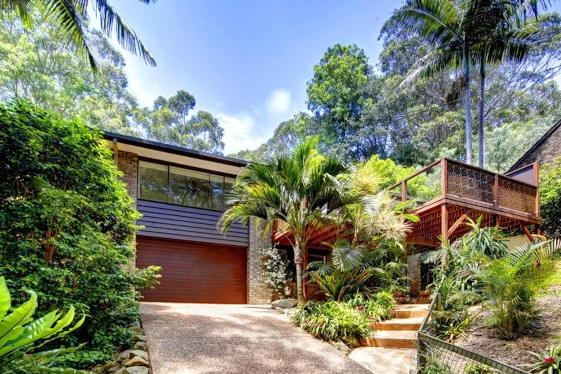 Copacabana Real Estate: IMPRESSIVE HOME WALK TO BEACH